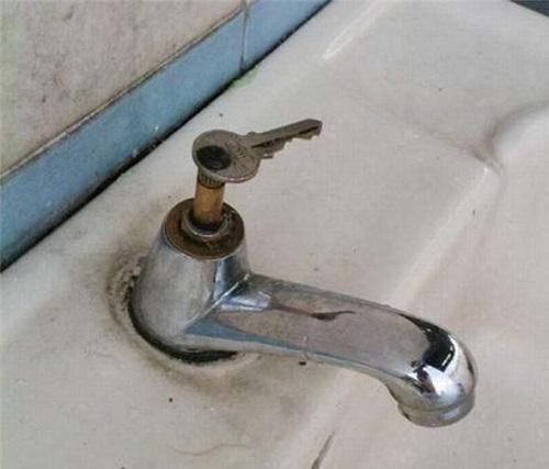 vòi nước bị rỉ sét